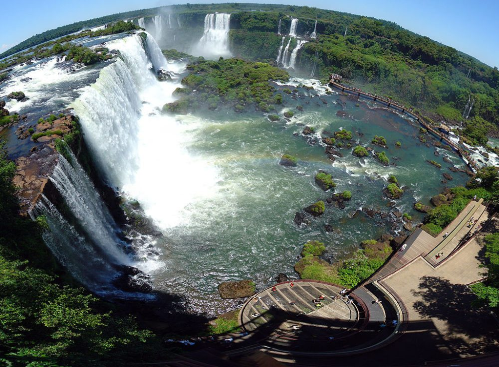 "Panorama der Iguazú-Fälle. (Urheber: Martin St-Amant / Wiki / Lizenz: <a href=""https://creativecommons.org/licenses/by/3.0/deed.en"" target=""_blank"">CC</a>)"