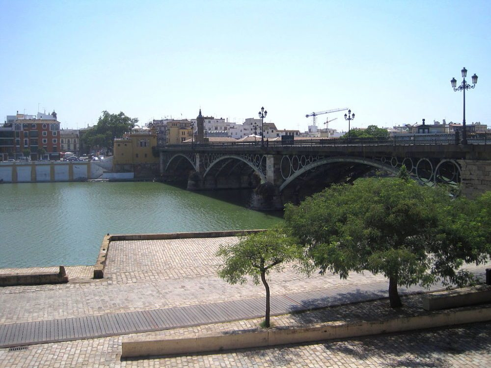 "Puente de Isabel II, Triana, Sevilla. (Urheber: Roberto Chamoso G / Wiki / Lizenz: <a href=""http://creativecommons.org/licenses/by-sa/3.0/es/deed.de"" target=""_blank"">CC</a>)"