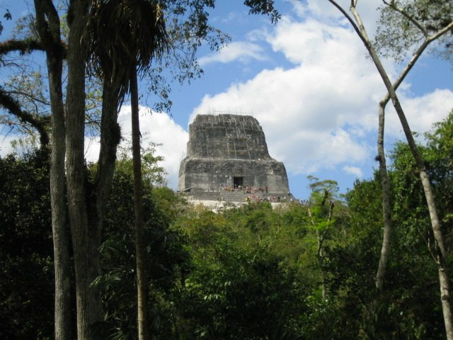 """Tempel IV, Tikal. (Urheber: Elelicht / Wiki / Lizenz: <a href=""""https://creativecommons.org/licenses/by-sa/3.0/deed.de"""" target=""""_blank"""">CC</a>)"""