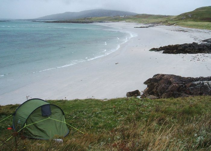 Wild-Camping in Coilleag a' Phrionssa (Bild: Peter Barr, Wikimedia, CC)