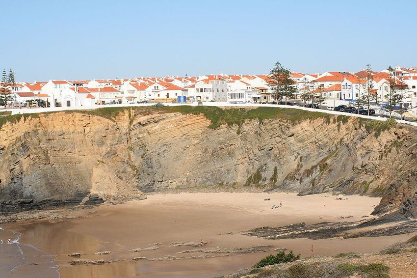 Strand in Zambujeira do Mar, Portugal (Bild: Bunks, Wikimedia, CC)