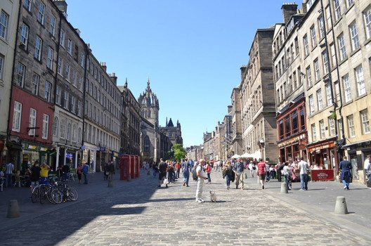 The Royal Mile in Edinburgh (Bild: Daniel, Wikimedia, CC)